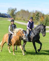 fröhliche Reiterinnen beim Ausritt ins Grüne
