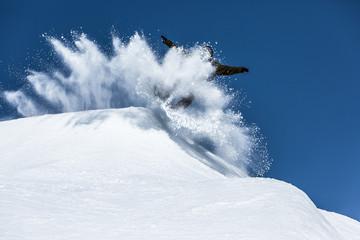 Snowboarder in Schneewolke