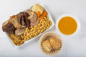 Cocido madrileño plato típico estofado de la cocina española para los días de frío a base de carnes garbanzos y verduras