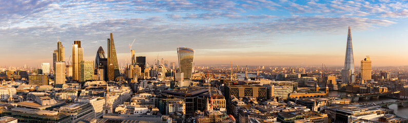 Photo sur Aluminium London Sonnenuntergang hinter der neuen Skyline von London