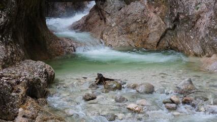 schneller Bergbach und Alpen und Klamm in Bayern in Eurpa