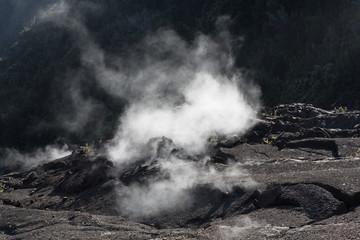 Vulkan, Lava, Lavafeld, Lavasee, Lavaspalte, Lava erstarrt, Rauch, Qualm, Hawaii, Big Island, USA