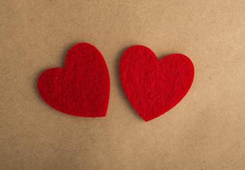 День Святого Валентина открытка. Признание в любви текстура. Два сердца из красного фетра крафт бумага