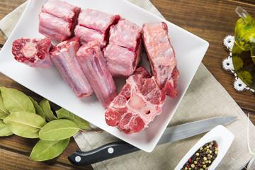 Carne de rabo de toro o ternera fresco y crudo con ingredientes para cocinar una comida de dieta mediterránea típica