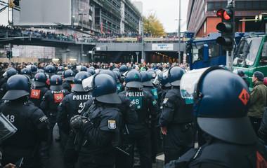 Polizeiaufmarsch bei Demonstration n Köln