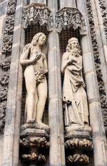 Christliche Figuren in Nürnberg hinter einem Netz