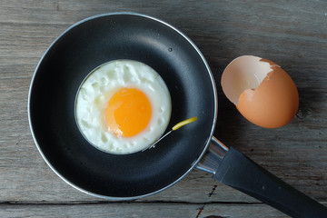 Fond de hotte en verre imprimé Ouf fried egg with pan on wood floor