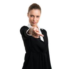 junge Geschäftsfrau zeigt in Richtung Kamera