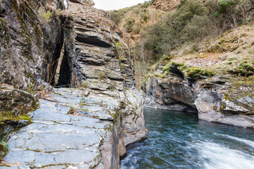 Canal romano del pozo de Moyabarba y garganta del Río Cabrera, León, España.