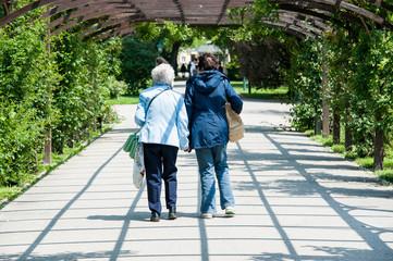 Zwei alte Damen beim Spaziergang