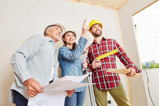 Architekten mit Bauplan haben eine Idee