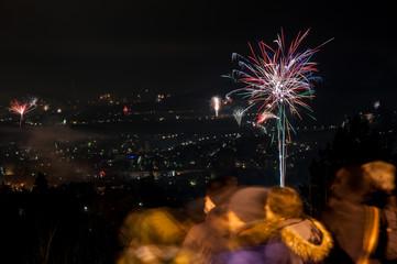 Feuerwerk mit Zusehern