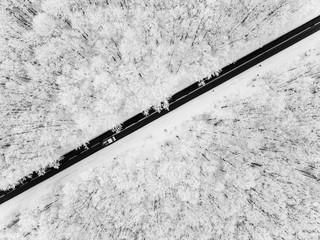 Droga przez zaśnieżony las - widok z powietrza