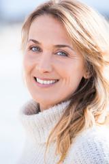 portrait de belle femme souriant en hiver
