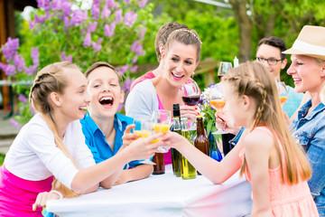 Fest im Garten für Familie und Nachbarschaf, jung und alt feiert gemeinsam