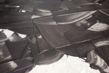 Verfugung von hellen Fliesen mit schwarzem Mörtel als Hintergru