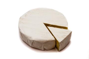 Camembert isoliert auf weiß