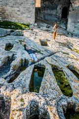 Fillette et jeune homme dans le cimetière des moines de l'Abbaye de Montmajour près d'Arles