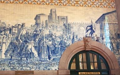 Porto, 26/03/2012: la biglietteria della storica stazione ferroviaria di Sao Bento, inaugurata nel 1916 al centro della città vecchia e famosa per le sue decorazioni di azulejos