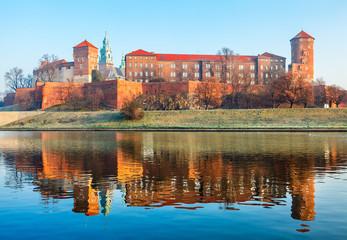 Obraz Zamek Wawelski nad brzegiem Wisły w Krakowie, Stare Miasto, Polska - fototapety do salonu