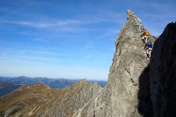 Steiler Felsturm am Klettersteig im Hochgebirge