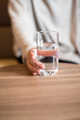 水の入ったコップを持つ女性