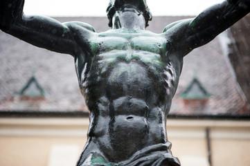 Muskulöser Oberkörper einer Statue