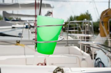 Becherhalter für Becher am Segelboot
