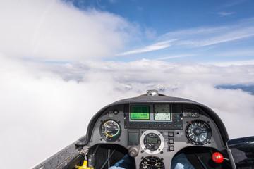 Cockpitaussicht mit Wolken