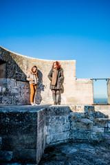 Femme et fillette au sommet du donjon de l'Abbé dans l'Abbaye de Montmajour près d'Arles