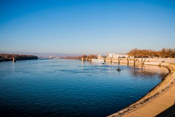 Le rhône traversant la ville d'Arles
