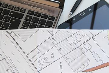 Computer und Tablet mit Vermessungsplan