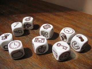 Разбросанные кубики-символы на столе