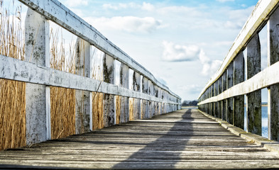 Holzsteg in der norddeutschen Seenlandschaft