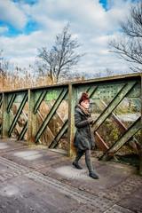 Femme sur l'ancien pont métallique à l'Isle-sur-la-Sorgue