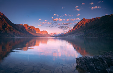 Spoed Fotobehang Blauw St Mary Lake in early morning with moon