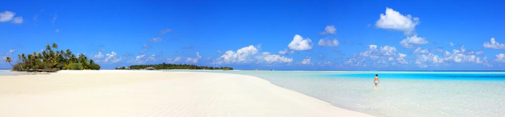Baigneuse sur lagon bleu des Maldives