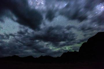 Bewölkter Sternenhimmel über dem Fish River Canyon
