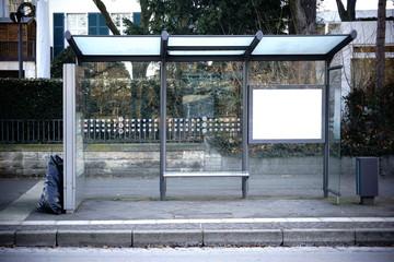 Bushaltestelle / Der Glasunterstand einer Bushaltestelle an einer Straße.