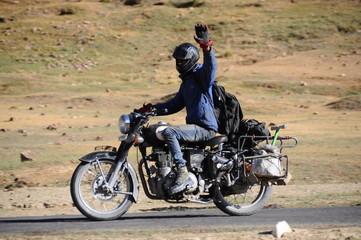 Motoradfahrer winkt
