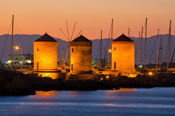 Zelfklevend Fotobehang Stad aan het water Windmills in the port of Rhodes, Greece