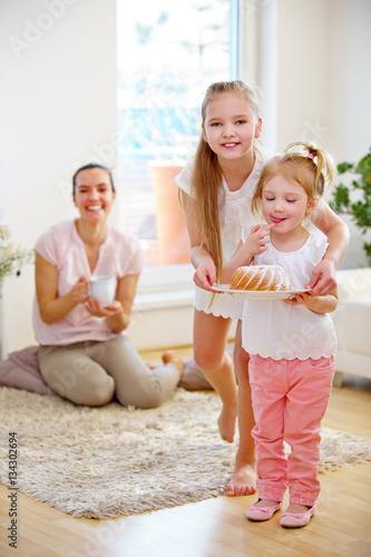 kinder backen kuchen f r mutter stockfotos und lizenzfreie bilder auf bild 134302694. Black Bedroom Furniture Sets. Home Design Ideas