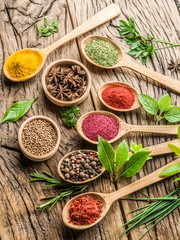 Photo sur Toile Herbe, epice Assortment of colorful spices in the wooden spoons.