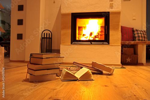 b cherstapel auf holzfu boden vor kamin stockfotos und lizenzfreie bilder auf. Black Bedroom Furniture Sets. Home Design Ideas