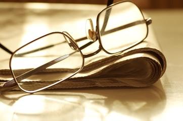 Tageszeitung mit Brille