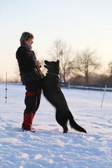 Hund springt an Frau hoch