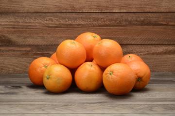 Naranjas en fondo de madera