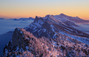 Fotomurales - Snow covered mountainrange, Vercors, France, during a tranquil winter sunset.