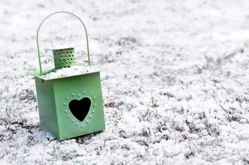 lanterne de jardin dans la neige