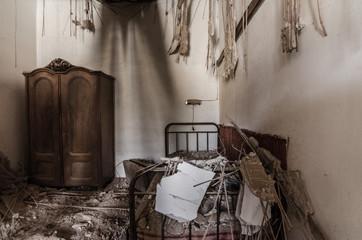 altes verfallenes schlafzimmer
